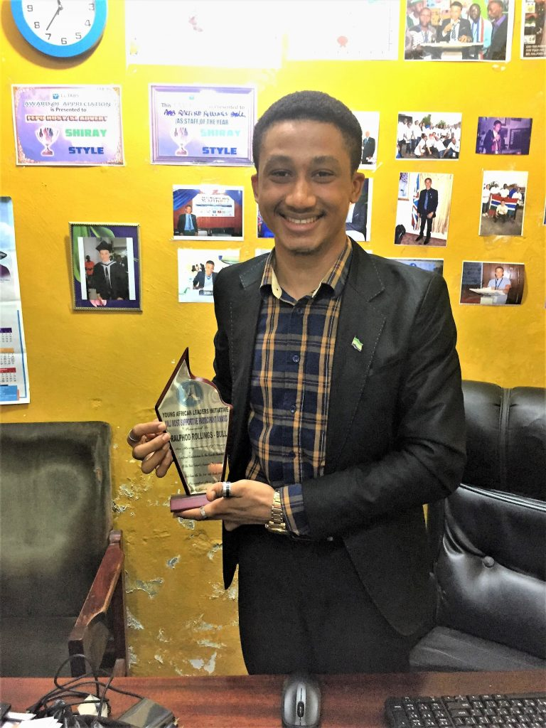 Ralford with his 'entrepreneur of the year' award. © Caitlin Masoliver / Cordaid