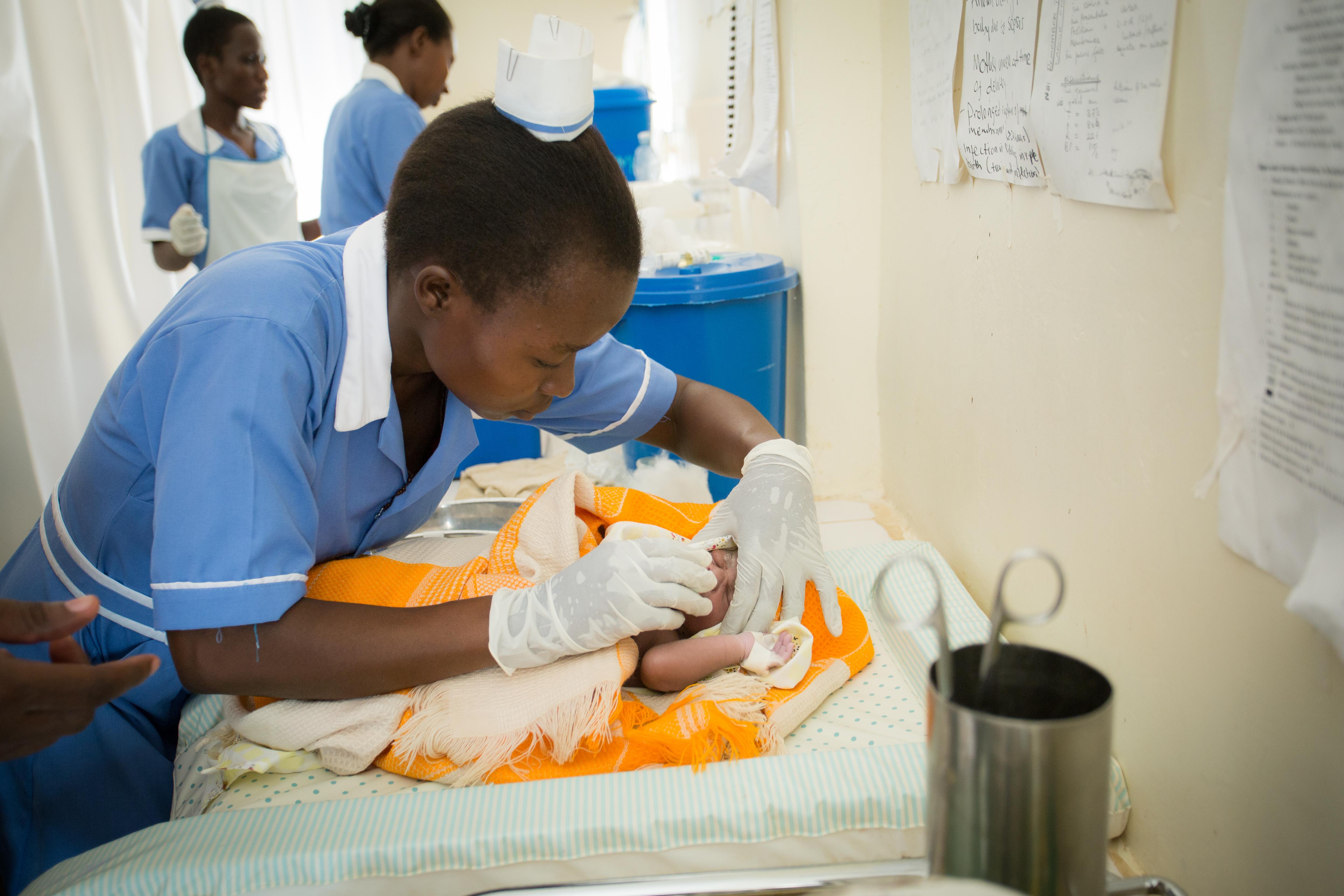Een verpleegster bij een pasgeboren baby in het Namwendwa-ziekenhuis.
