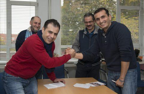 Zihad (links) met andere ondernemers van de nieuwe coöperatie.